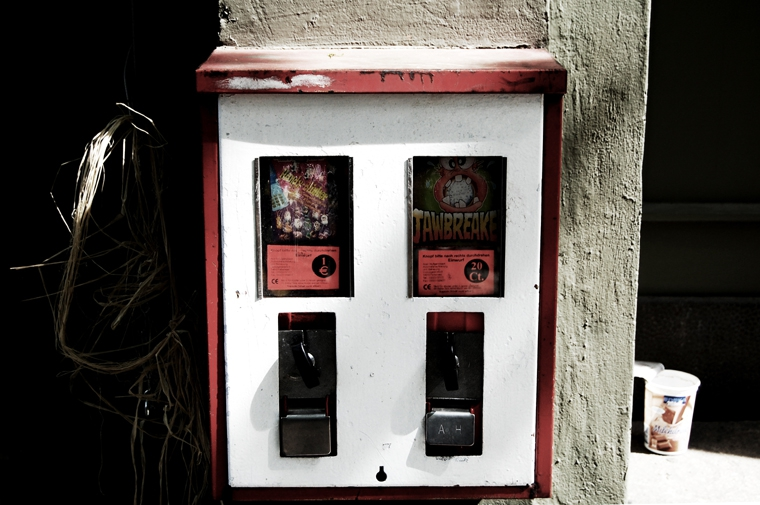 © Chewing gum machine Goltzstr. Berlin 2009 by Fritsch